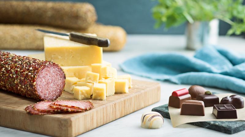 Delikatesskungens salami, cheddar och chokladpraliner
